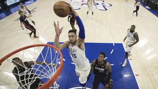 Ben Simmons machaca el aro de los Heat