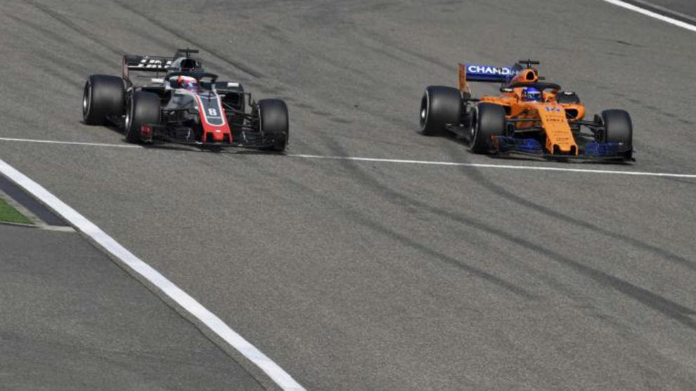 Momento en el que Alonso rebaja a Grosjean comienza su remontada hacia...