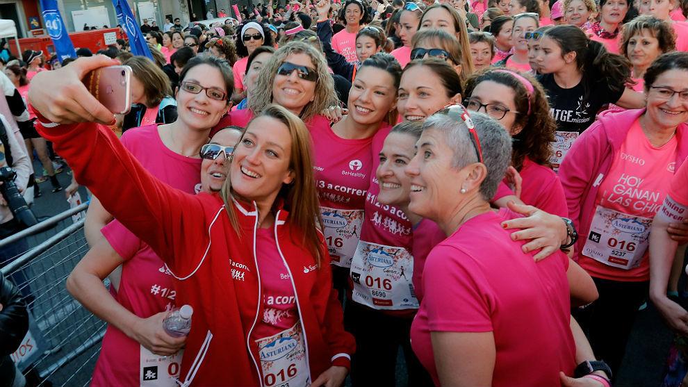 Mireia Belmonte hace una autofoto con corredoras en Valencia.
