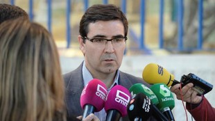 El presidente del CD Toledo, Fernando Collado, informando a los medios...