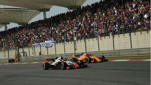 Adelantamiento de Fernando Alonso en el circuito de Shangai