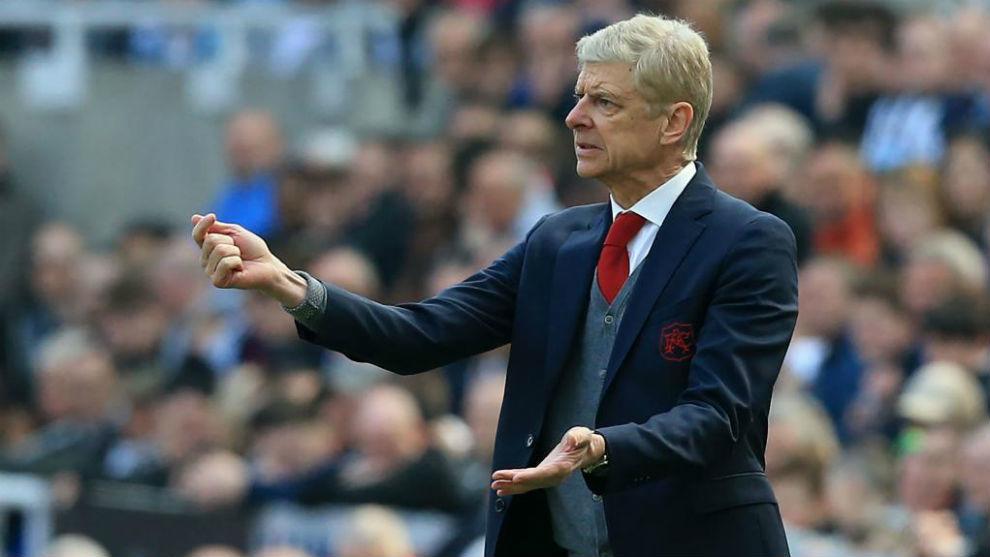 Arsène Wenger da indicaciones durante el partido contra el Newcastle.
