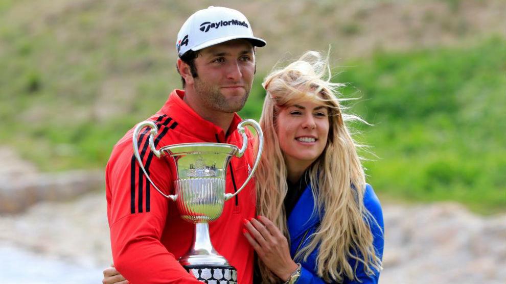 Jon Rahm y su novia, Kelley Cahill, posan con el trofeo en Madrid.