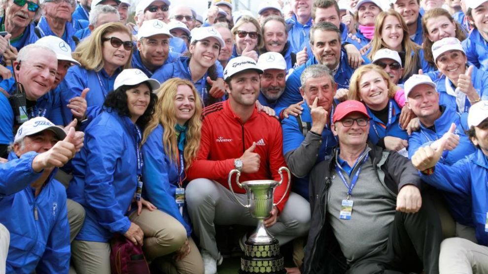Jon Rahm posa con voluntarios y empleados del Open de España.