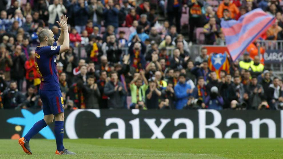Iniesta abandona el Barça-Valencia entre aplausos.