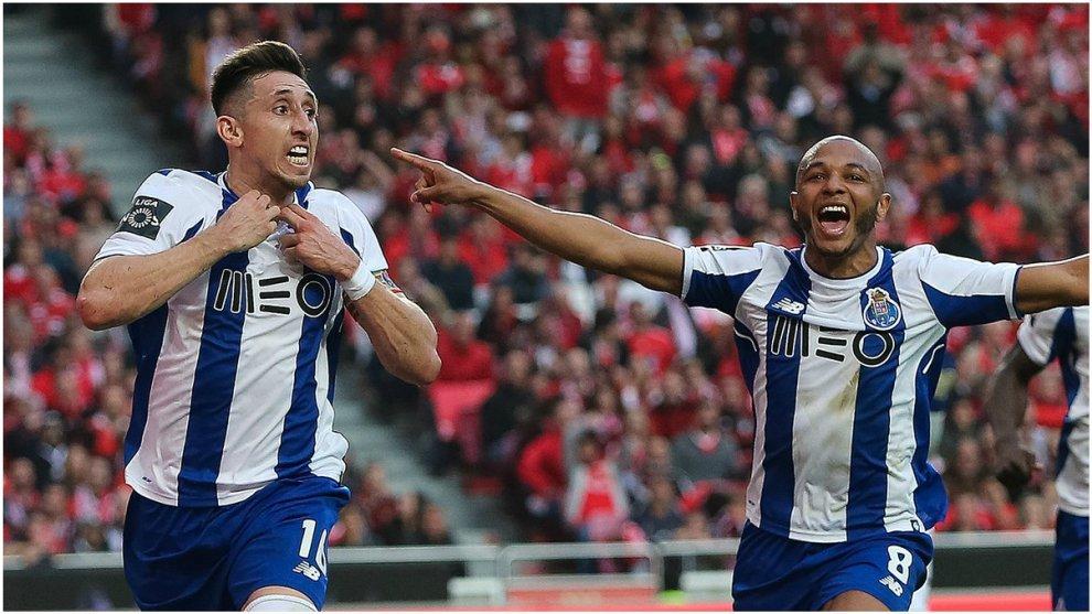 Héctor Herrera, con Brahimi en la celebración del gol de la...