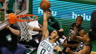 Jayson Tatum se eleva sobre Giannis Antetokounmpo en el Celtics vs...