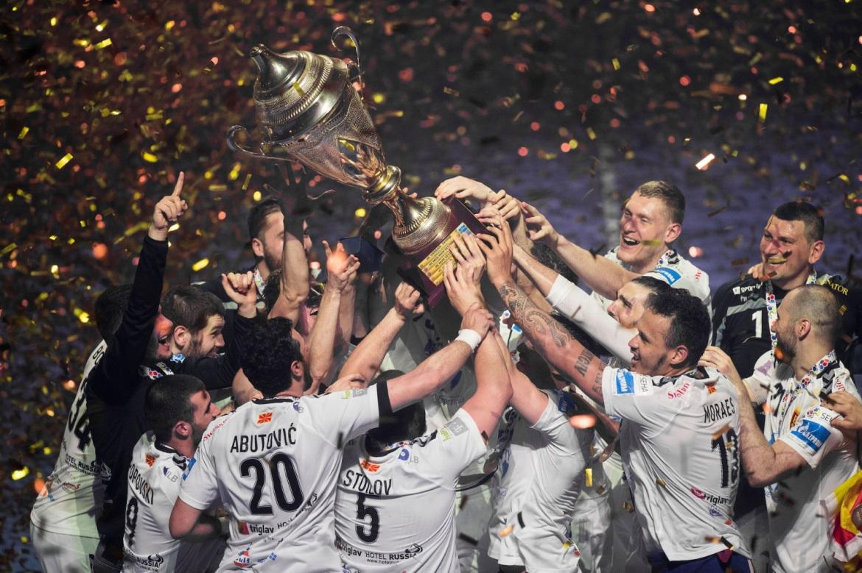 Los jugadores del HC Vardar levantan el título