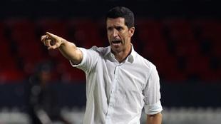 El técnico del León durante un juego en el Puerto