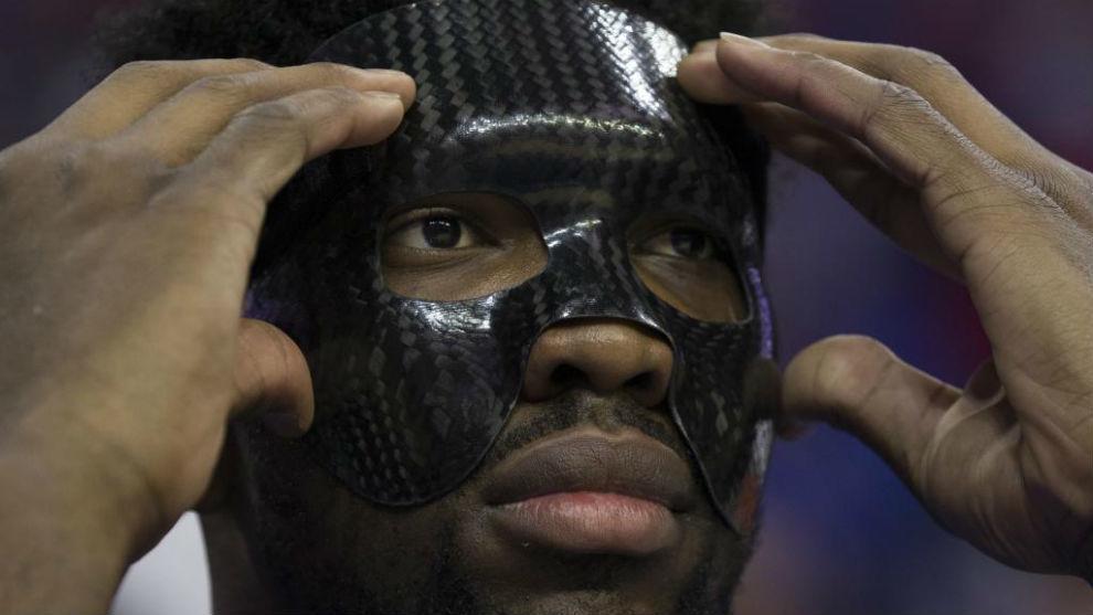 Joel Embiid utilizó su máscara protectora para realizar el...