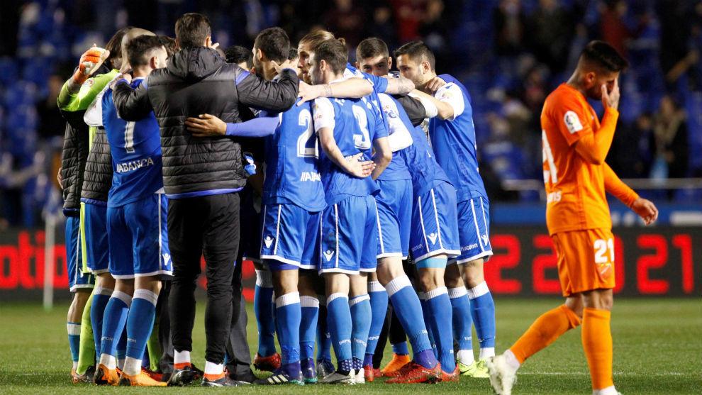 Los jugadores deportivistas celebrando el triunfo ante el Málaga