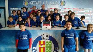 Los aficionados más pequeños visitan la sala de prensa del Getafe...