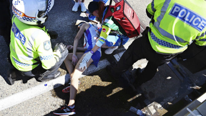 El maratoniano Callum Hawkins es atendido por las emergencias.