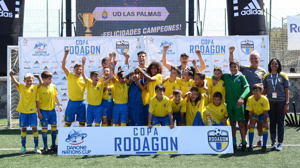 La UD Las Palmas levanta el trofeo de campeón de la Copa Rodagon -...