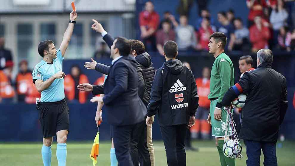 Momento en el que De la Fuente Ramos muestra la roja al meta...