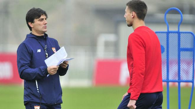 Montella habla con Lenglet en un entrenamiento.