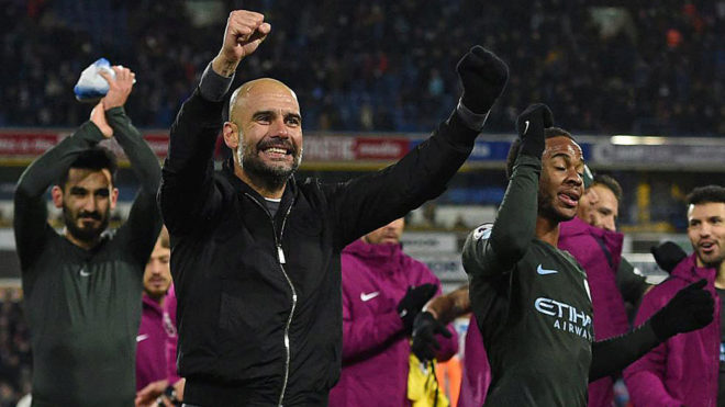 Guardiola celebra con sus jugadores un triunfo del Manchester City.