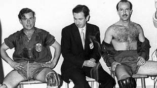 El seleccionador Juan Antonio Samaranch, sentado en el vestuario junto...
