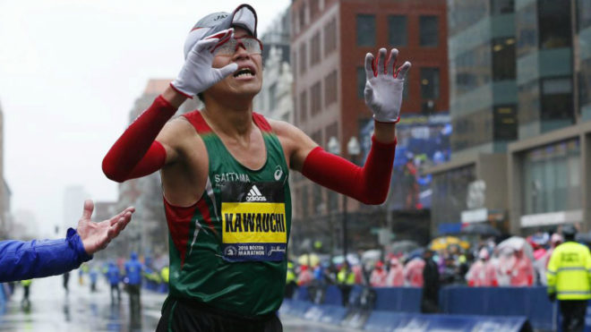 El japonés Yuki Kawauchi cruza la línea de meta para ganar la...