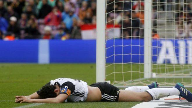 Parejo de lamenta por una jugada en el Camp Nou.