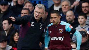 Moyes da instrucciones a Chicharito en un partido del West Ham.