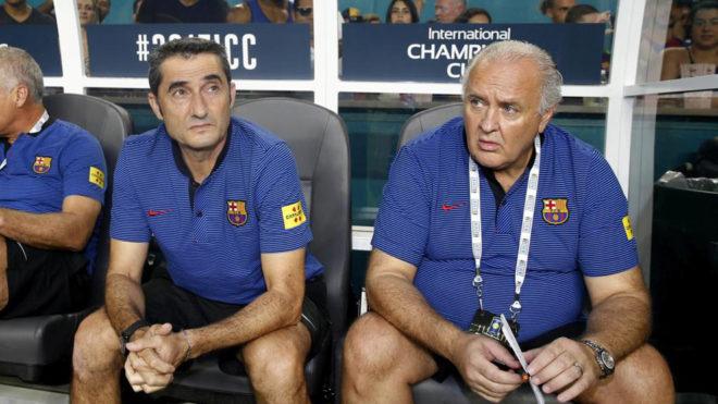Ernesto Valverde y Carles Naval, durante un partido de la pasada gira...