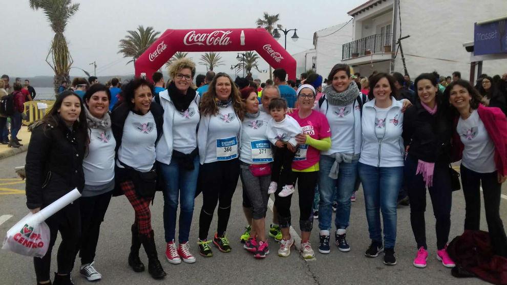 Iris Martín, de rosa, junto a sus compañeras y familiares.