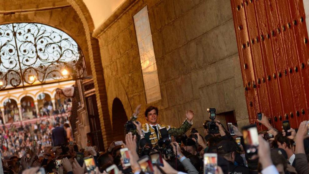El Juli, saliendo a hombros por la Puerta del Príncipe.