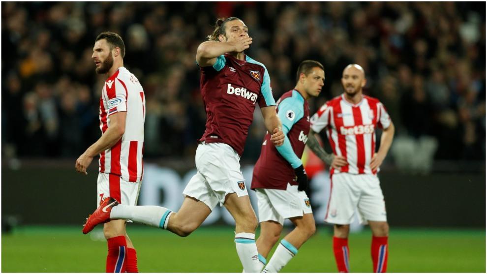 Carroll celebra el tanto del empate del West Ham.