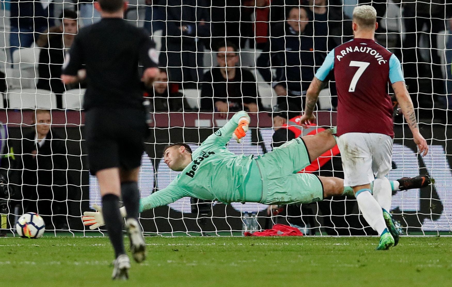 El disparo de Carroll que se cuela dentro de la portería del Stoke.