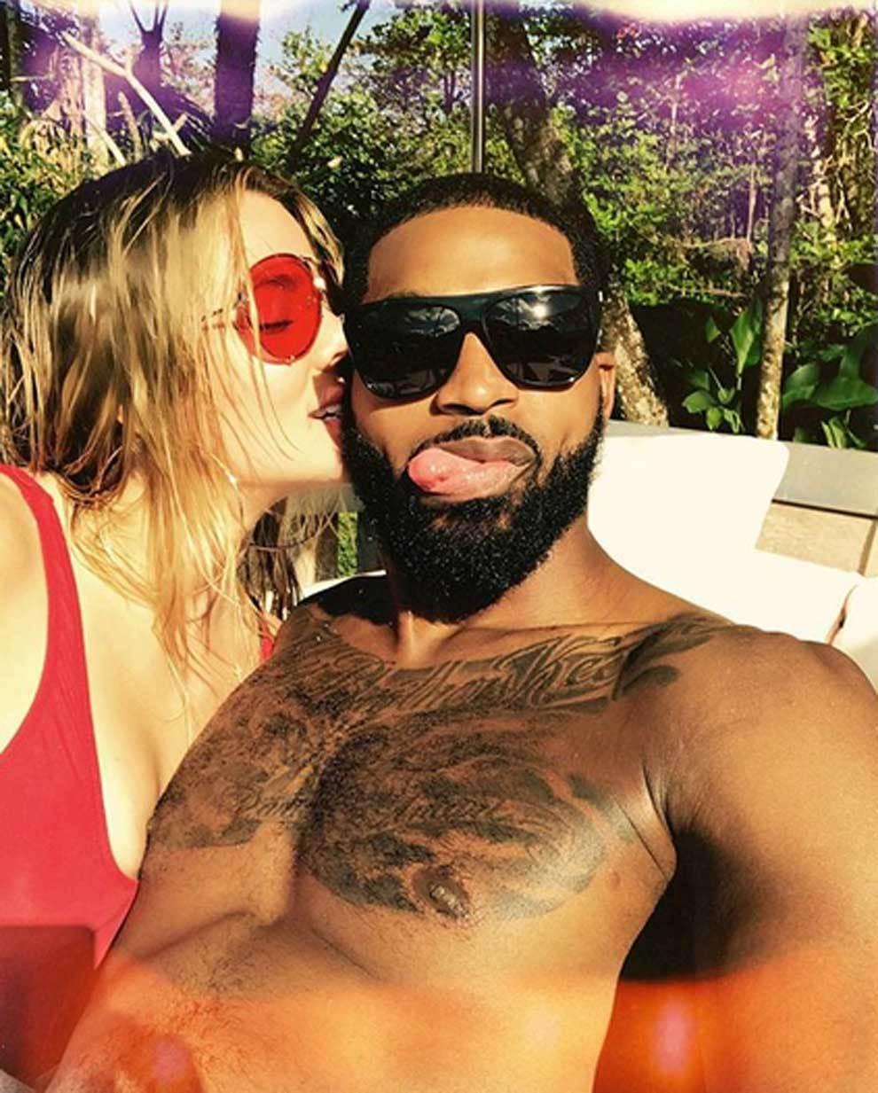 Khloé Kardashian besando a su pareja Tristan Thompson