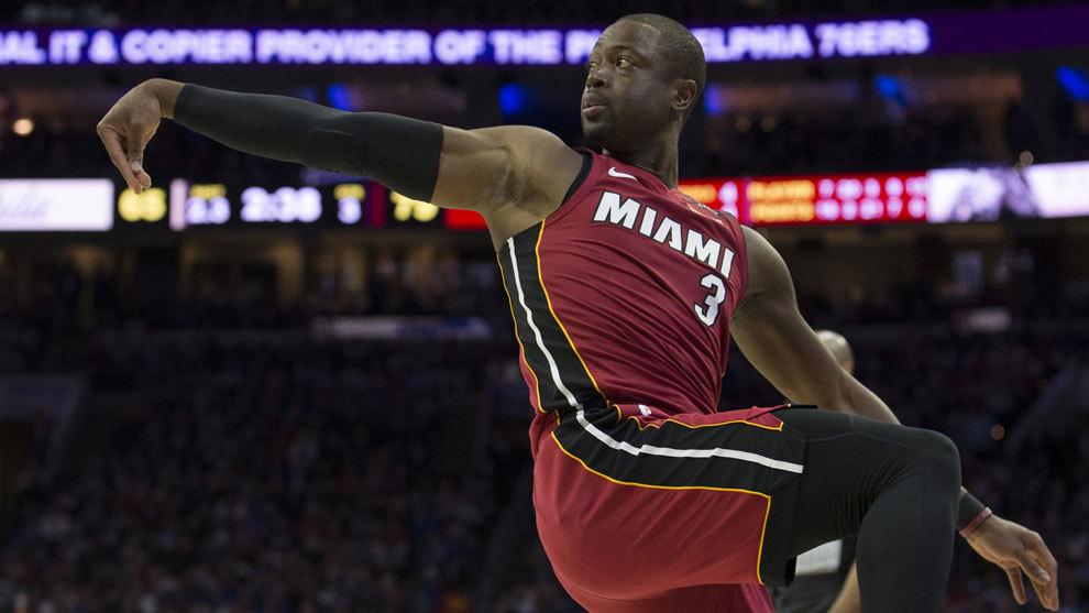 Wade en posición acrobática tras anotar una canasta