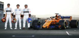 Vandoorne, Norris y Alonso, junto al MCL33.