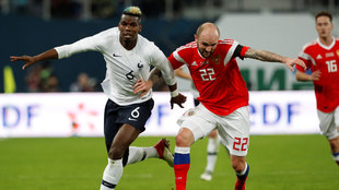 El jugador francés Paul Pogba  pelea por el control del balón con el...