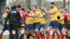 Los jugadores españoles protestan al árbitro a la finalización del...