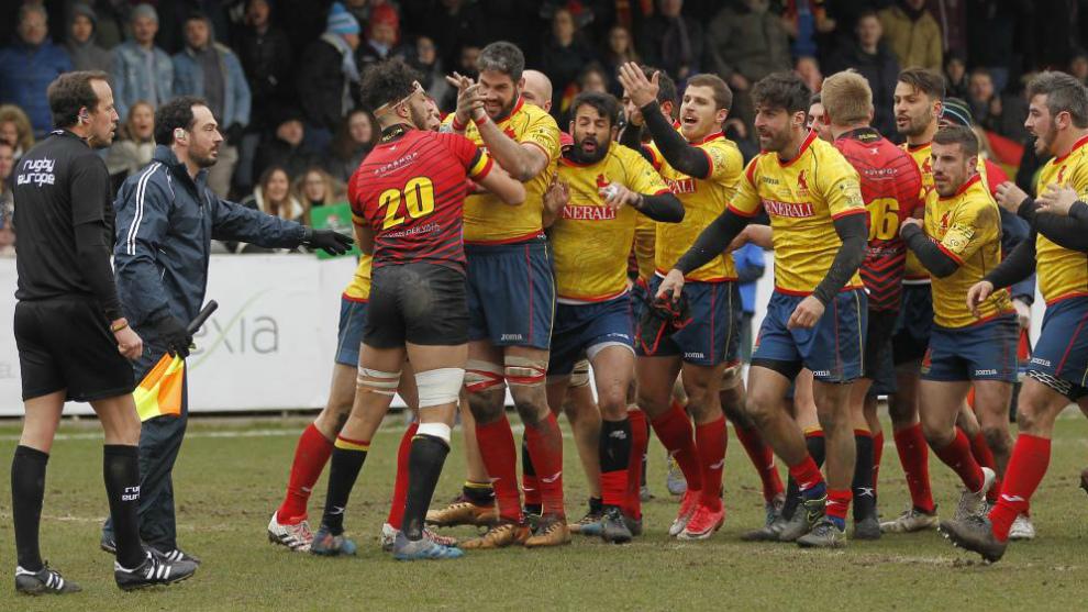 Los jugadores españoles aplauden a Iordachescu tras el polémico...