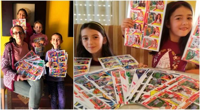 María y sus hijas posan con el álbum de cromos elaborado por ella...