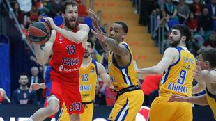 Sergio Rodríguez penetra ante la defensa de cuatro jugadores del...