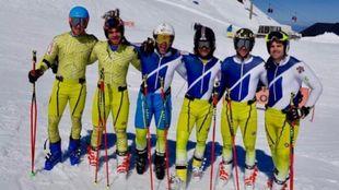Salarich y del Campo junto al resto de compañeros de equipo en Sierra...
