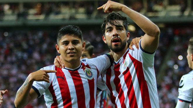 Eduardo López y Rodolfo Pizarro celebran un gol en Concacaf.