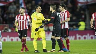 Los porteros de Real Madrid y Athletic se saludan en el partido de ida...