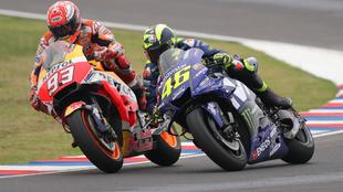 Márquez rebasando por dentro a Rossi justo antes de que el italiano...