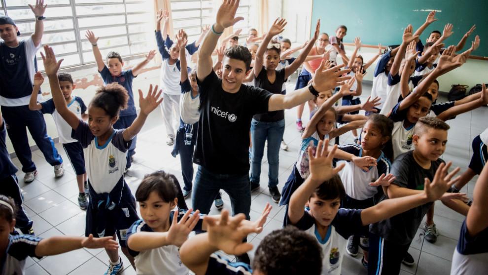 Márquez, junto a los niños de la Escuela Mario Santalucia, en Sao...
