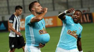 Herrera celebra un gol con sus compañeros.