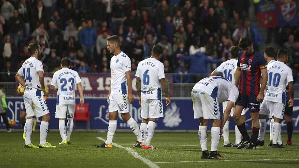Los jugadores del Tenerife, hundidos tras la goleada de la primera...