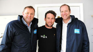 Mark Cavendish, entre Gary Verity y Christian Prudhomme.
