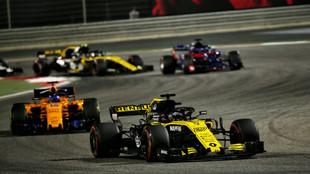 Hulkenberg, con el Renault, delante del McLaren de Fernando Alonso