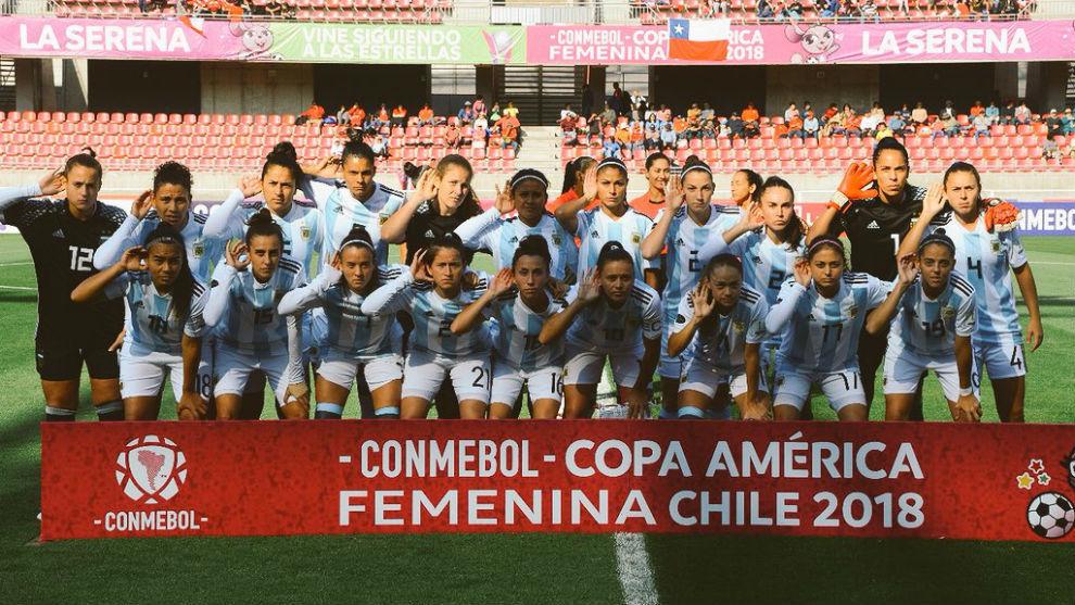 La selección argentina de fútbol posa antes del partido ante...