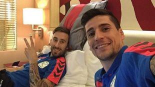 Mario Rivillos junto a Carlos Ortiz durante una concentración con...
