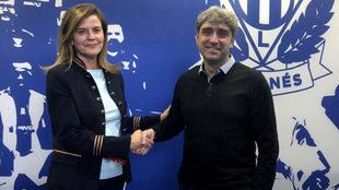 María Victoria Pavón y Txema Indias, tras firmar la renovación...